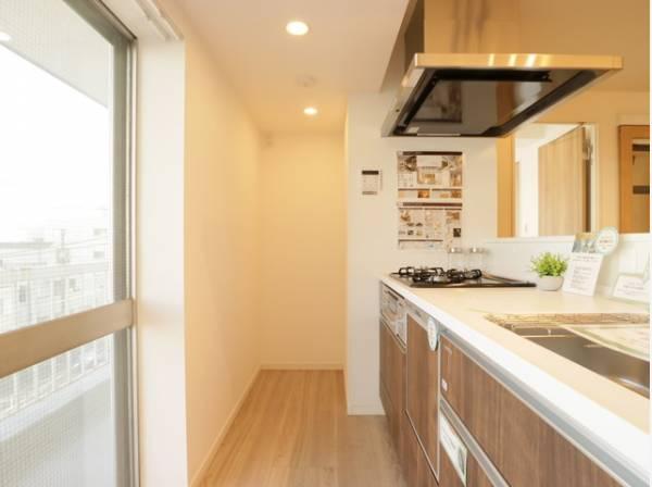 空間にマッチする洗練されたキッチン。採光の取れた明るいキッチンスペースで効率よくお料理ができます。