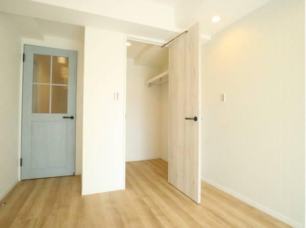 洋室の扉はカフェテイストのデザインを採用。ただ暮らすだけでなく、快適さを求めて毎日気持ちの良い日々を。