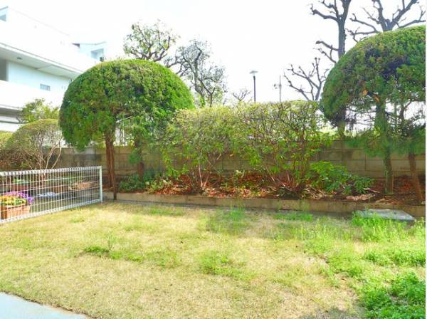 まるで戸建感覚の広々とした専用庭。日々の生活に潤いを与えてくれる空間です。