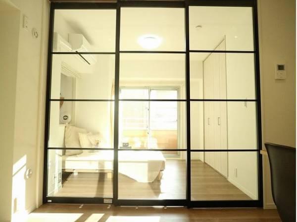 可動ドアはおしゃれなガラス戸を採用。空間に奥行きが生まれ、美しく開放感のある空間となっています。