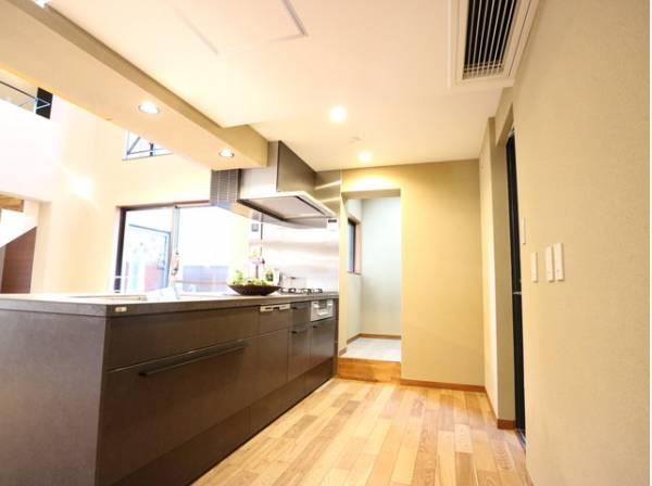 落ち着きと清潔感のあるキッチン。使い勝手の良い設備のキッチンで効率よくお料理ができます。