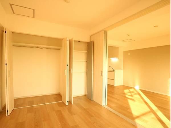 リビングに隣接した洋室は、約6帖と広々としています。クローゼットも広く洋服や小物をたくさん収納できるのでお部屋をすっきりさせることができます。