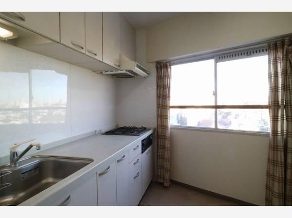 ゆったりと調理ができる位のスペースを実現したキッチン。引出し収納や吊り戸収納により、収納量がアップしています。
