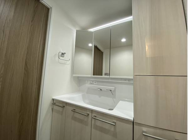 洗面化粧台は、機能的な収納を完備。洗面小物やスキンケア用品などが衛生的に保管できます。