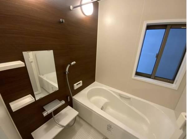 清潔感と高級感のあるカラーで統一した浴室。ゆったりお使い頂けるバスタブが心地よさをもたらします。