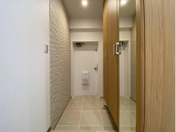 明るく開放感のある玄関です。収納スペースも充分にあり、すっきりとした空間です。