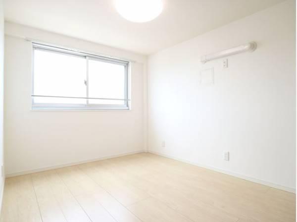 たっぷりと陽光が注がれる明るい空間。家族の成長に対応できる永住仕様の間取り。一日の疲れをいやしてくれる主寝室。時を忘れて過ごす場所として過ごせるお部屋。