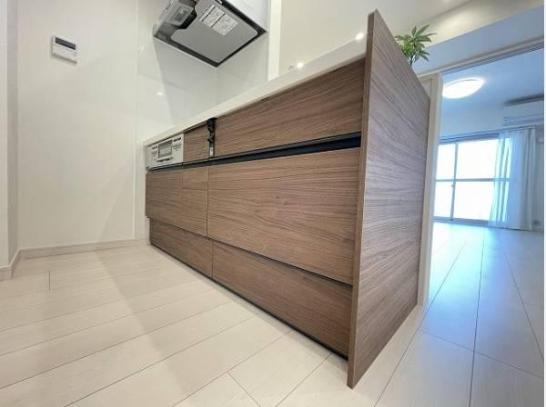 ウッド調を基調としたキッチン。使い勝手の良い設備のキッチンで効率よくお料理ができます。