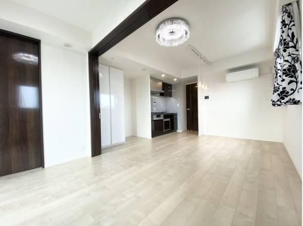 リビングと隣接の洋室は、可動ドアを開くと広々空間になります。