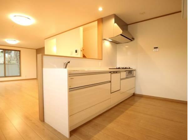 ホワイトを基調とした清潔感のある対面キッチンは、家事をする奥様とリビングにいるご家族を優しくつなぎます。