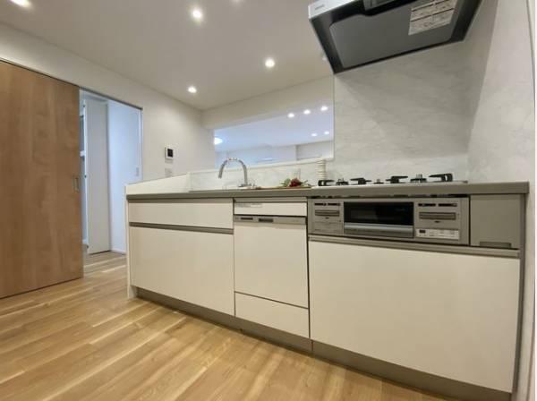ホワイトを基調とした対面キッチンは、家事をする奥様とリビングにいるご家族を優しくつなぎます。