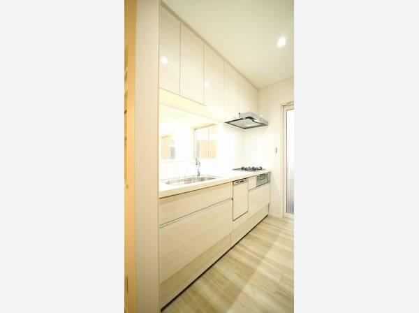 ホワイトを基調とした清潔感のあるキッチン。使い勝手の良い設備のキッチンで効率よくお料理ができます。家族の健康はこのキッチンから♪