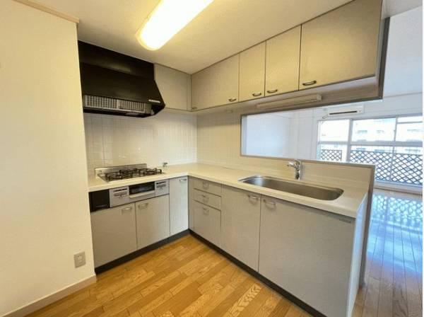 ホワイトを基調とした清潔感のあるL字型の対面キッチン。使い勝手の良い設備で効率よくお料理ができます。