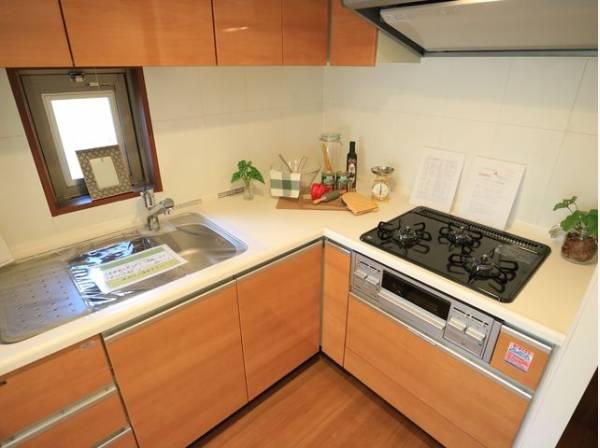 動線が短く、手早く作業できるL字型キッチン。使い勝手の良い設備のキッチンで効率よくお料理ができます。