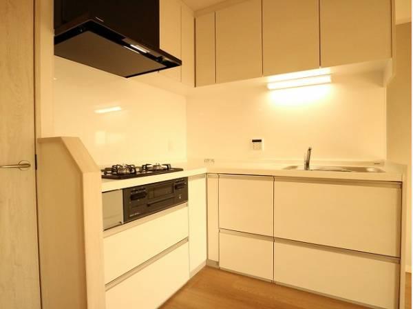ホワイトを基調とした清潔感のあるL字型のキッチン。使い勝手の良い設備のキッチンで効率よくお料理ができます。
