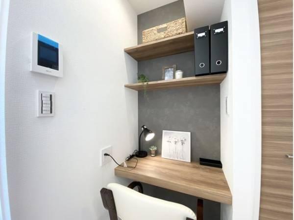 リビングにはDENスペースを確保。書斎や作業カウンター、在宅ワークなど、多用途に対応できる便利なスペースです。