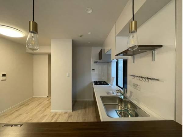 撮影料理を楽しむキッチンスペース。使いやすさと心地よい暮らしを追及し、愛着を持って使い続けられる空間へ。