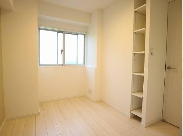 各部屋を最大限に広く使って頂ける様、シェルフを設置。プライベートルームはゆったりと快適に。