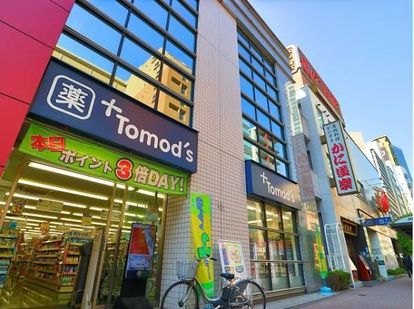 トモズ西新宿五丁目店まで450m 医薬品や健康食品、化粧品のほか、パンや乳製品などの食品、ベビー用品、介護用品、ペット用品まで幅広く取り揃えている広い店舗です。