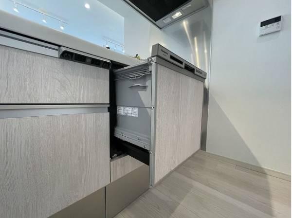 ビルトイン食洗機は作業台が広く使え、見た目もスッキリ。節水や節電も充実して家事の手助けをしてくれます。