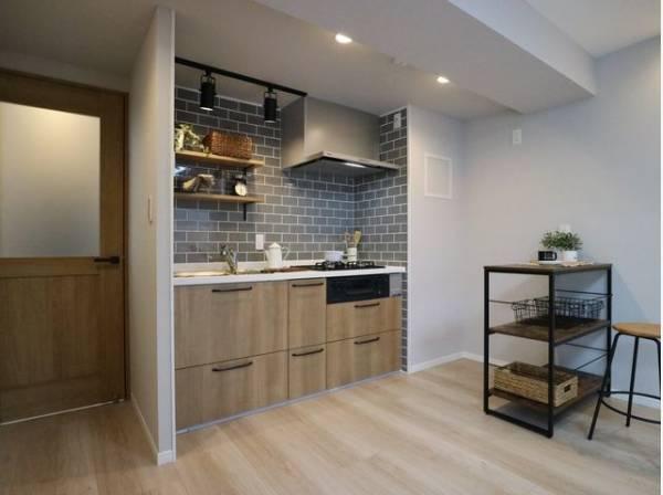 開放感と明るさをもたらす魅力のリビング。キッチンスペースまで明るくなります。