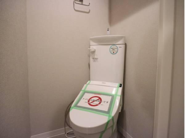 プライベート空間として機能や内装にこだわった、飽きのこないシンプルなトイレ。