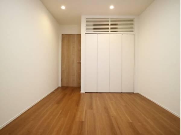 使い勝手の良いクローゼットが付いた洋室。約7帖の広々とした空間でインテリアを楽しんでください。