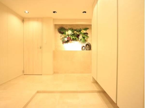 明るく清潔感のある玄関。広々とした上質な空間を演出。安らぎに満ちた生活空間を予感させてくれます。