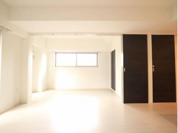 リビングと隣接の洋室は天井、フローリングと同じ色合いで揃えており、引き戸を全開にしてリビングとして利用できます。