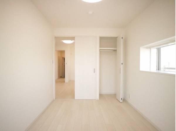自由を楽しむやすらぎのプライベートルーム。部屋を明るく清潔な印象に見せるシンプルな内装。