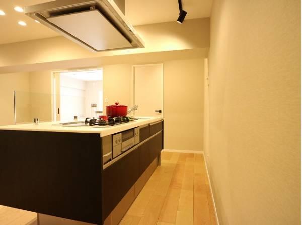 アイランドキッチンは圧倒的な存在感。そしてこの開放感はなかなか手に入れにくいもの。作業スペースが広く、料理の配膳なども自由に行き来できるのがポイントです。