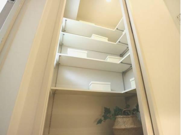 玄関横には、普段使わない季節用品やトランクなどの大きなものも収納できる多目的収納スペースがあります。