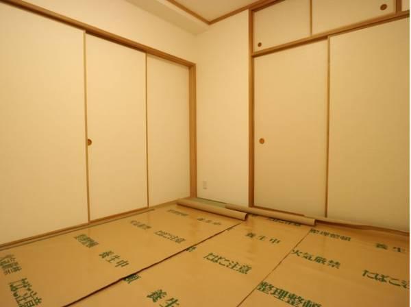 客間になったり、寝室になったりとなにかと便利な和室。井草の香りがやすらぎを与えます。
