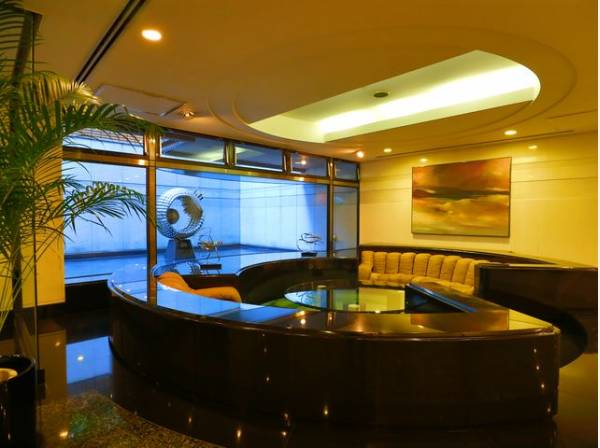 エントランス内は、シンプルながらも格調高い雰囲気を漂わせて上質な空間を作り出します。満ち足りたプライベートシーンへと誘う気品がありますね。