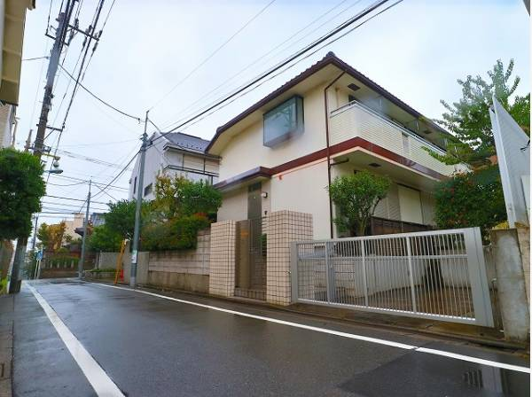 東急東横線「都立大学駅」より徒歩9分!鉄骨造の2世帯住宅です!日当たり良好♪前面道路は道路幅約4.5mあるので駐車も楽々できて安心です。