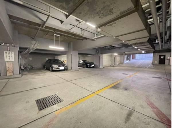 大切なお車を雨や風から守ります。駐車場は屋内にあり、天気の影響を受けず安心です。