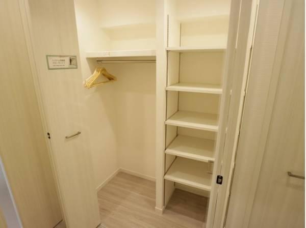 リビングへと続く廊下にはカウンターと下部収納をご用意。機能的でありながら、上質感も漂います。