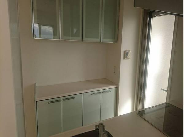 キッチンの背面に収納が設置されています。大容量の収納スペースは、食器やキッチン家電、食材などをスッキリと収納できます。