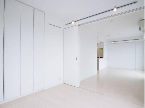 ダイニングとは引き戸で仕切られた洋室。引き戸を全開にしてワンルームとして利用できます。
