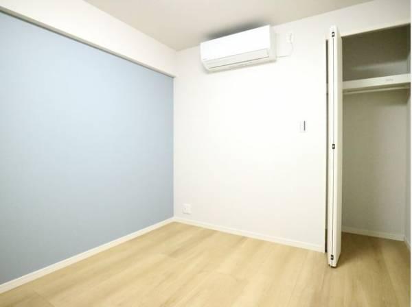 洋室の壁はデザインクロスを採用。ただ暮らすだけでなく、快適さを求めて毎日気持ちの良い日々を。
