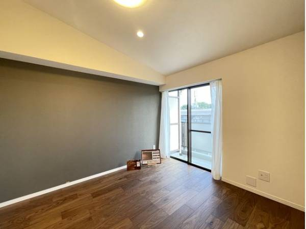 壁の一部にアクセントクロスを採用。 壁紙を一面変えるだけで一気にセンスのある空間に。