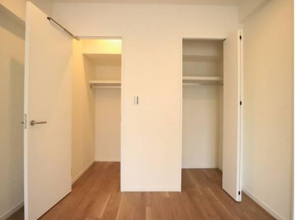 ウォークインクローゼットとクローゼット、2つの収納がついた使い勝手の良い洋室。広々した空間でインテリアも楽しめます。
