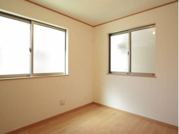 ナチュラルカラーのフローリングが暖かみを感じさせてくれるお部屋。落ち着いて過ごせるのでプライベートルームにピッタリです。