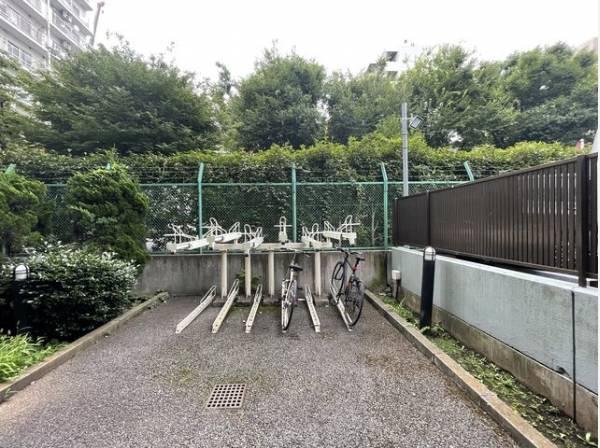 通勤・通学で自転車をお使いになる方も安心!駐輪場がございます。