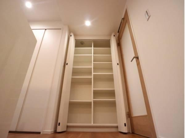 使い勝手の良いリビング収納。食材や生活用品などすっきりと収納できます。