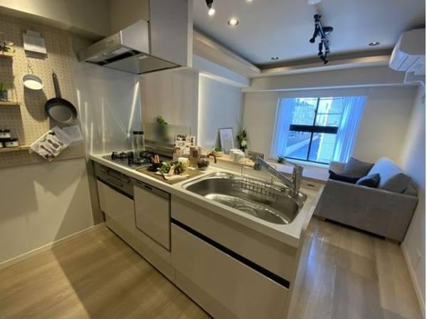 対面式キッチンはリビングを見渡すことができて安心です。ご家族を見守りながら、お料理が作れます。