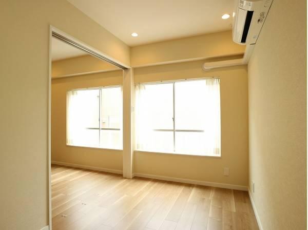 リビングと隣接の洋室はフローリングを同じ色合いで揃えており、可動ドアを開くと広々空間になります。