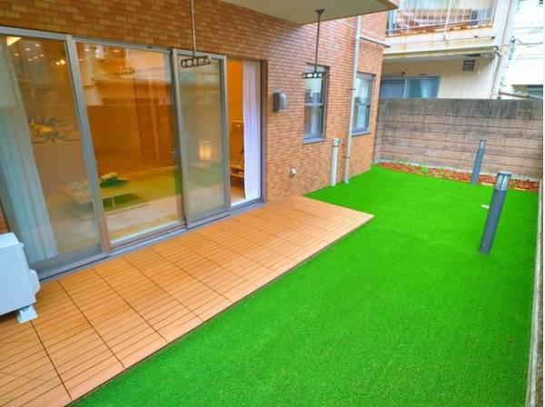 広々お庭でランチしたりディナーしたり、夏の時期はプールを置いたり、住まわれる方によって使い方も変わるもうひとつのリビングです。