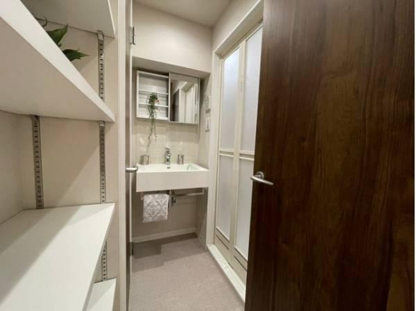 デザイン性の高い洗面化粧台。収納スペースもあり、すっきりとまとめることが出来ますね。