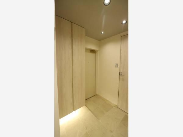 住まいの顔となる玄関は、落ち着きと華やぎの満ちた空間に。収納スペースも十分です。
